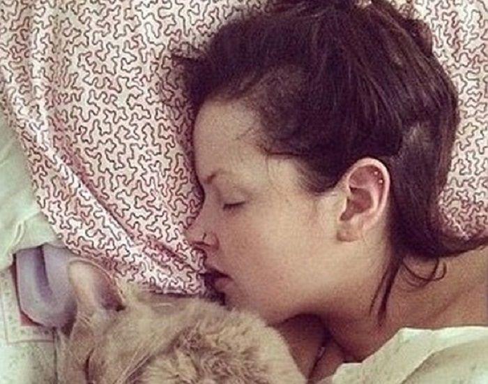 Ea e adevărata Frumoasa Adormită! Povestea uimitoare a fetei care a adormit și s-a trezit după 6 luni