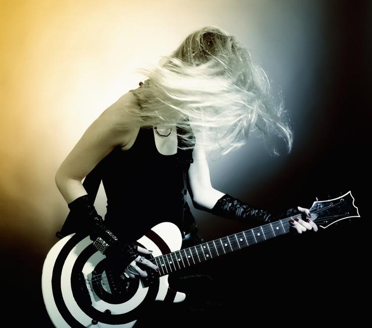 La musica è l'arte di introdurre il silenzio tra i suoni