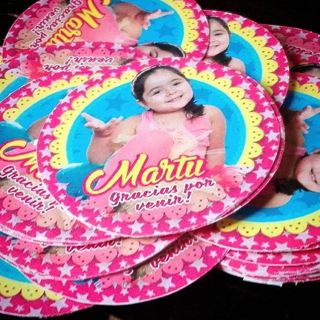 Stickers redondos para cerrar La bolsita del #souvenirpersonalizado del cumple de Martu 🌟🎈🎈🎈🎤