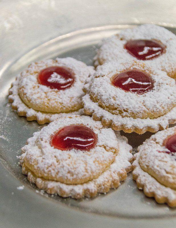 """Zwei verschiedene Teige in Verbindung mit einer köstlichen Marmelade, ergibt einen echten kulinarischen Weihnachtstraum. Das Rezept stammt aus dem  alten Kochbüchlein von Theresa Kolbeck aus Loifling, genannt Tante Resi.  Sie war die Schwester von Franziska Röhrl, die 1934 mit ihrem Mann Anton Röhrl die Klosterschenke übernahm. Tante Resi wurde fast 100 Jahre alt, und ihre  Rezepte sind legendär.  Dieses Rezept trägt eigentlich den Titel """"Kleienbrötchen"""". Doch wir waren uns einig, dieser…"""