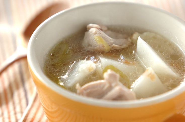 アッサリとして食べやすい。ネギとカブの甘みと梅干しの塩加減が身体にやさしい味です。カブと鶏の梅スープ/保田 美幸のレシピ。[和食/汁もの・椀もの]2013.03.26公開のレシピです。