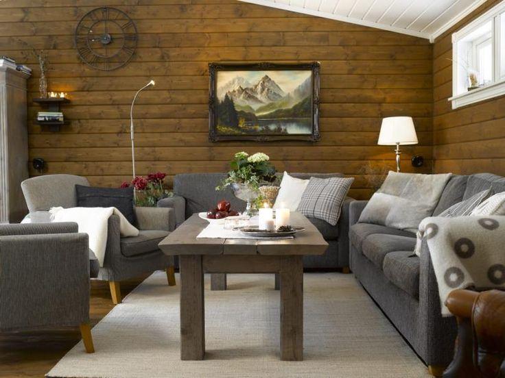 SOFAKROK: B�de sofa og lenestoler er kj�pt brukt. De er ikke kj�pt samme sted, men gr�fargene passet perfekt sammen. Stolene er opprinnelig fra Room. Det rustikke sofabordet har hytteeierne laget av restematerialer og beiset med Jotun interi�rbeis i fargen Drivved, s� hvit og s� Drivved igjen, i tre str�k.
