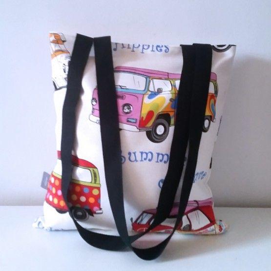 Leuke zomerse tas met vrolijke busjes. Een makkelijk vakantietas die je lekker meeneemt naar het strand, het bos of ...afmeting:  /- 33*38binnenzijde rood2 hengsels van ieder een lengte van 80 cm. Van de schouder naar de tas 40 cm.