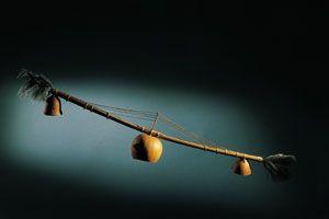 MVET  A pesar de su apariencia de cordófono, el mvet es un idiófono, ya que sus cuerdas se separan directamente de la caña que sirve de soporte, sin llegar a independizarlas totalmente del cuerpo principal del instrumento. El proceso de fabricación del mvet es de una gran delicadeza, ya que una vez cortadas varias estrías a lo largo del tubo, se separan de éste introduciendo un puente que las tensa. Al efectuar esta operación la caña se arquea. Para facilitar esta deformación se rebaja…