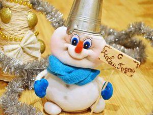Готовимся к новогодним праздникам вместе! В этом уроке, я покажу вам, как сделать снеговика своими руками. Выполнена игрушка в чулочной технике. В видео показаны все этапы изготовления куклы.