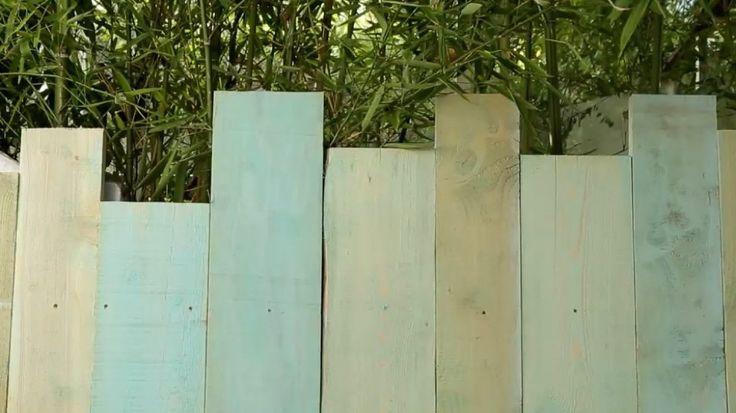 Pour les murs, Thomas Lecointe a utilisé des planches de coffrage de longueurs différentes, très peu coûteuses. Pour donner ce côté patiné mélangez de la vieille peinture bleue avec un peu d'eau et peignez vos planches pour un total look américain délavé 100%. Pour le jardin ou en tête de lit