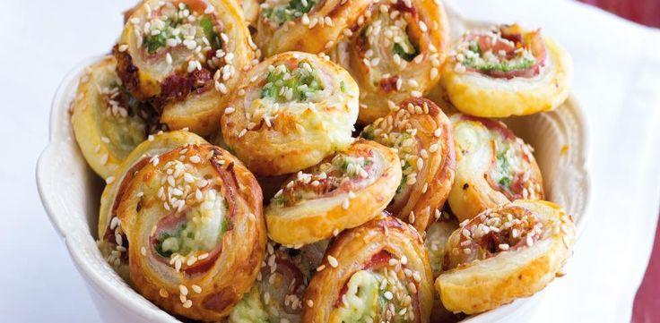 1. Obě listová těsta rozválejte nebo rozviňte na lehce pomoučené pracovní ploše, vyskládejte na ně plátky slaniny a posypte je nasekanou jarní...