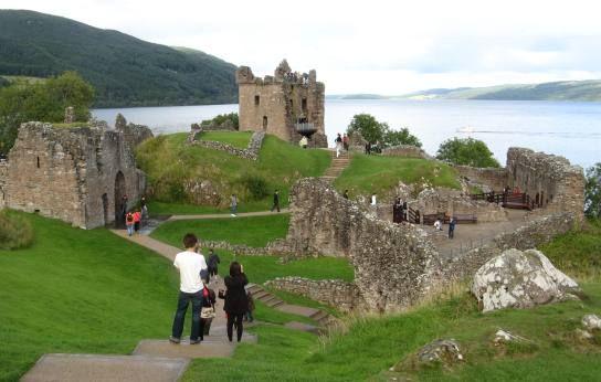 urquhart castle con Lochness alle spalle
