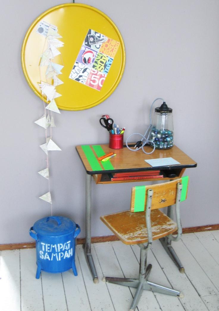 Opgeruimd bureau, geel mageneetbord gemaakt van deksel olievat.