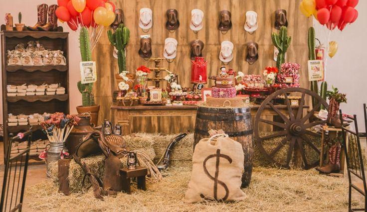 Uma festa infantil com tema criativo, sem personagem - Faroeste. Com muito feno, chapéus, botas de cowboy, cactos e até cartaz de procurado. Um luxo.