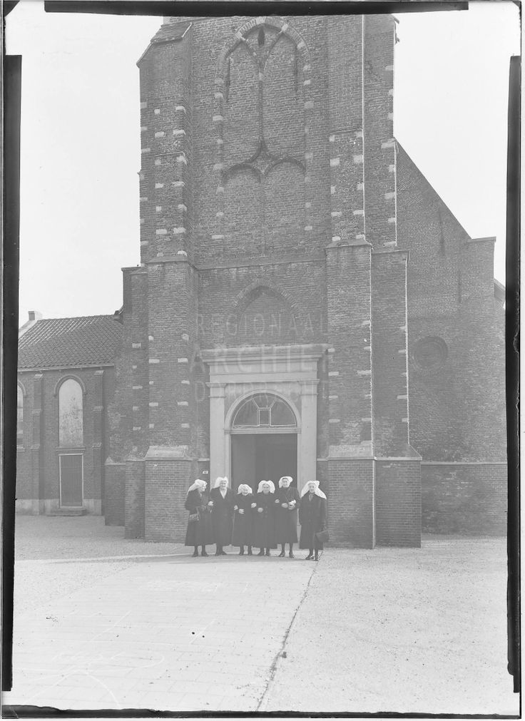 Zes dames in klederdracht voor de Hervormde kerk aan de Molenweg in Heerjansdam. 1920-1930 #ZuidHolland #IJsselmonde