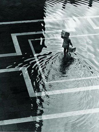 Foto Fulvio Roiter Acqua alta in piazza San Marco n°1 - 1970