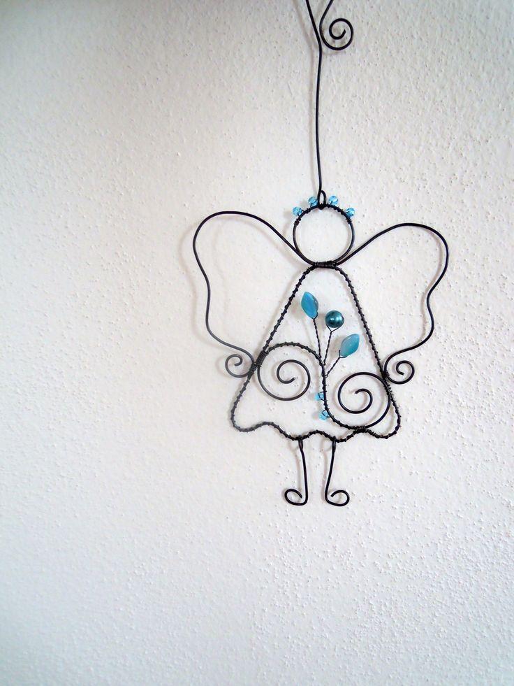 Tati, má anděl nožičky? - tyrkysový Drátovaný andělíček z černého vázacího drátu, dozdobený skleněnými tyrkysovými korálky,voskovaným korálkem a skleněnými tyrkysovomodrými lístečky. Vhodný k zavěšení na zeď, dveře, skříň, lustr.... Velikost andílka s nožičkami: 13,5 cm x 10,5 cm, celý s háčkem:24 cm