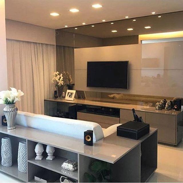 Sala de tv   Painel em laca e espelho bronze!! ✨ #design #interiores #saladetv #tvroom #designdeinteriores #iluminação #tendência #ambientes #espelho #home #ambientação ✨