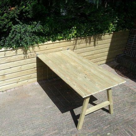Inklapbare aanklikbare tuintafel van tuinhout.Ideaal voor kleine tuinen of dakterrassen.   http://www.woody-woody.nl/