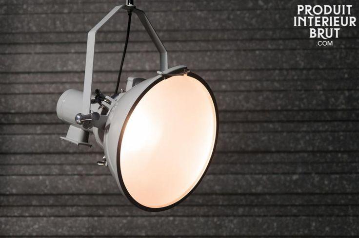 Lampadario Stally. Il lampadario Stally è un oggetto che ricorda i grandi proiettori che si possono trovare negli stadi o nei depositi industriali.