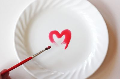 Create Valentine dishes with edible paint For a party or special dinner,