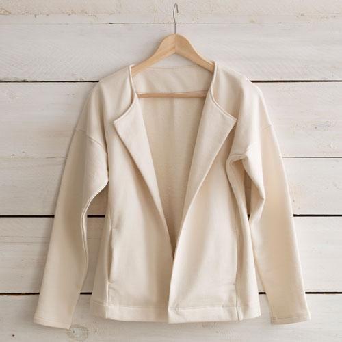 Belle matière pour cette veste , à porter décalée sur un Jean pour une silhouette plus citadine.Une coupe épurée pour une allure sportwear chic. 2poches.Manches longues - Longueur 62 cm. Couleur : ecru.Tailles: M(38/40),L(40/42).100% coton bio. Fabriqué en France. Lavage 30°.