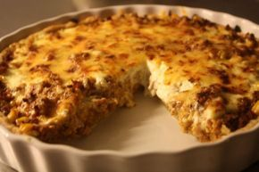 TACOPAJ Servera med sallad och gucacmole/gräddfil! I pajdegen kan man ha massa olika frön, nyttigt värre! Man kan ha majs och tomater under osten när man gräddar den i ugnen.