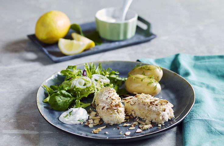 Kan vi friste med en saftig og sprø torskemiddag? Prøv torsk med panering av mandel- og pankomel servert med deilig tandooridressing. Nam!