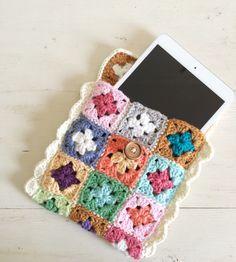Mini granny square tech case - FREE pattern @ SugarBeans.org, thanks so for share xox ☆ ★ https://www.pinterest.com/peacefuldoves/