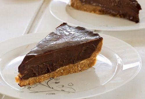 Di questi tempi pare che i dolci da frigo che vanno per la maggiore siano le cheesecake, che hanno soppiantato le Zuppe Inglesi e i Tiramisù. Vero? Io però faccio una torta al cioccolato che non ri…