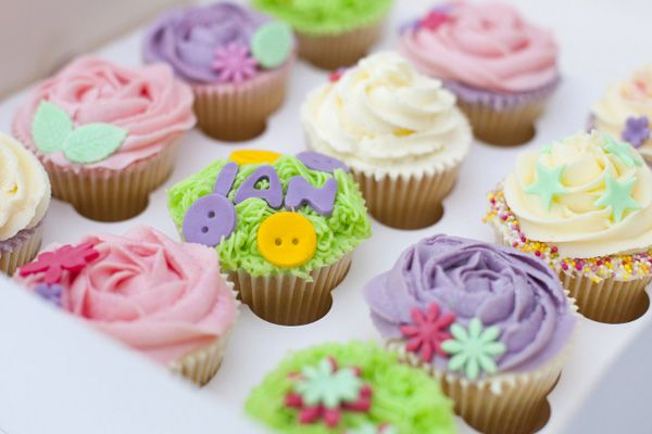 I wish my name was short enough to fit on a cupcake!  Anyway I love the 'Ian' cucpake with it's little buttons from Magenta Cakes