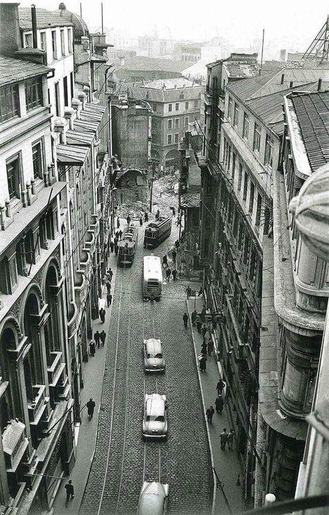 1958 – Bankalar Caddesi. Karaköy Meydanı yönünde yol yapımı için gerçekleştirilen yıkımlar devam ediyor.Yıkımda Karaköy Camii'de yok edildi