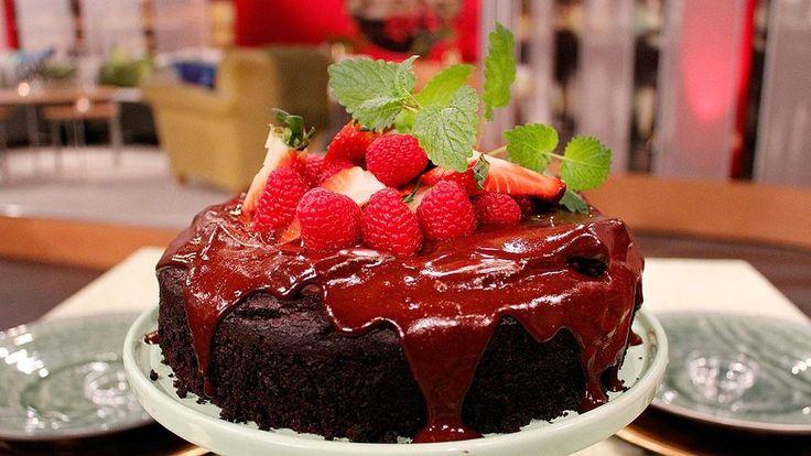 Fullständigt magisk, vegansk chokladkaka. Rik chokladsmak i en saftig kaka, täckt med ett generöst lager krämig chokladglasyr.