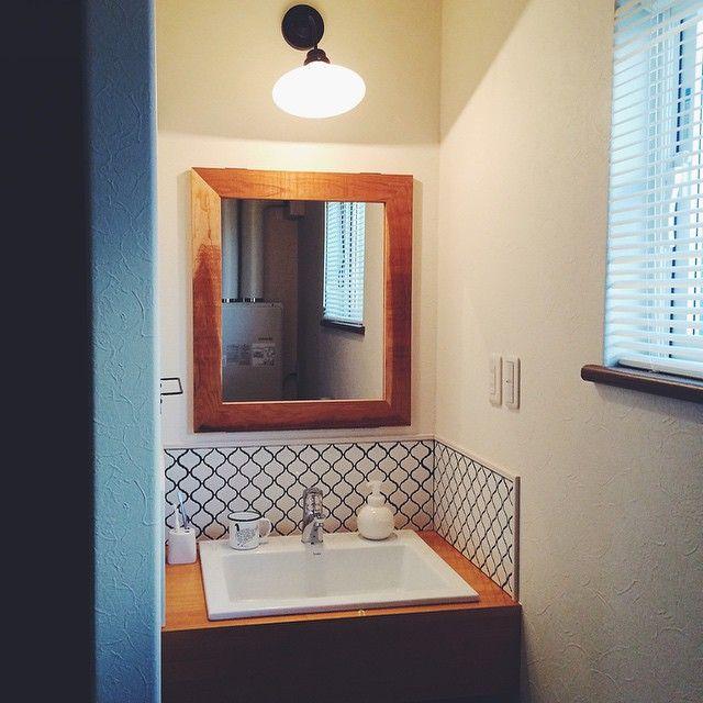 キッチンと、もう一つこだわったのがここの洗面所。  どうしても据え付けのものが嫌だったので、完全造作にしてもらいました。  タイルは名古屋モザイクのコラベル。 目地色はキッチンと同じダークグレーで統一しました。  照明は後藤照明。レトロな雰囲気が好きです。