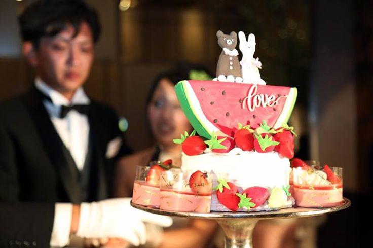 スイカ農家の新郎様を象徴するクレイのケーキトッパーに笑顔いっぱいの結婚式