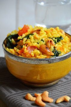 Indiase rijst met groenten en noten. Licht gekruid. Gevuld met tomaat, wortel, spinazie en cashewnoten. Eet het als vegetarisch gerecht of met gekruide kip.