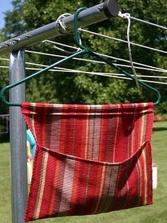 Met een placemat en een hanger een knijper zak maken voor aan de drooglijn.