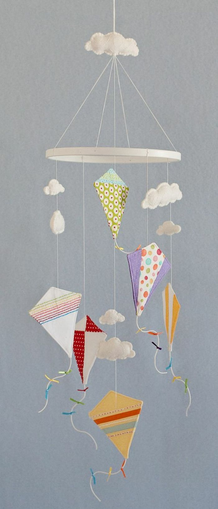Drachen basteln als Mobile fürs Kinderzimmer - Bastelideen mit Stoff.