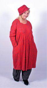 Prachtige kleurige jurk van een heerlijke zachte bewerkte stof. Bovenlijfje mooi passend Twee zakken op het zijpand met plooien op het voorpand voor een speels effect  Materiaal: 95% katoen 5 % ela...