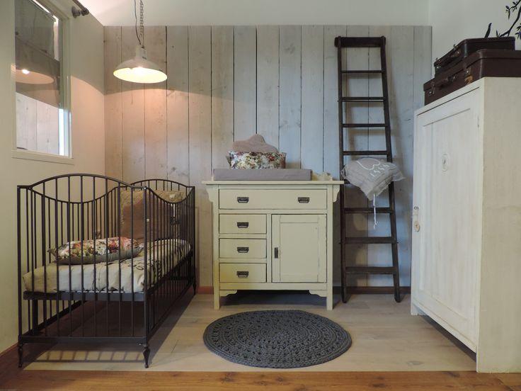 Landelijke oud gele babykamer, leuk gestyled met houten trapje en oude koffers. www.nieuwedromen.nl