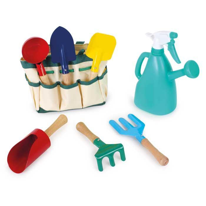 La imitación y la naturalezasaben explicarle a tu hijo algunas cosas mejor que tú.Jugando con este kit de jardinero aprenderá:A ser paciente, para ver evolucionar su huerto. A ser responsable, porque las plantas dependen de su cuidado. A comprender el ciclo de la vida, las estaciones del año, los cambios...Incluye:6 palas metálicas con mango de madera. Una regadera con pulverizador. Un cesto de tela con compartimentos.¿Por qué te lo ofrecemos?Se puede utilizar con tierra o arena. Favorece…