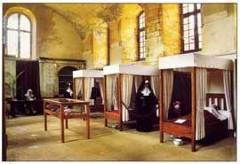 Musée de la Médecine de Hautefort.- 10) MUSEE DE LA MEDECINE: .. prélevant un morceau de tissu de l'habit. Le registre est à la mairie d'Hautefort. Dans l'armoire d'apothicaire du XIX°s, vous découvrirez quelques éléments de chimie/biologie en verre. Dans la vitrine centrale sont exposés les instruments utiles au médecin pour exercer son art. Deux mannequins sont exposés: ce sont des sont des sœurs de la congrégation de Nevers, arrivées en 1747 et ayant œuvré pour la population jusqu'en…