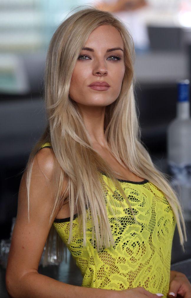 Η Τζούλια Νόβα αναστάτωσε τη Μύκονο με το σούπερ μίνι της ~ Ardan News