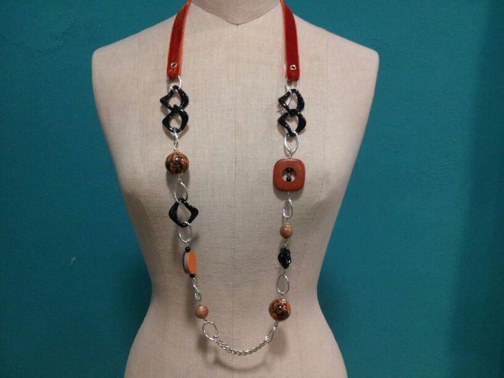 Collana lunga con velluto, catena in resina, elementi in legno, tessuto e resina.