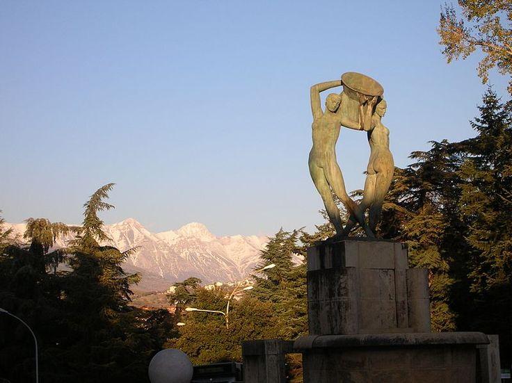 Vista del Gran Sasso dal L'Aquila con, in primo piano, la Fontana luminosa.