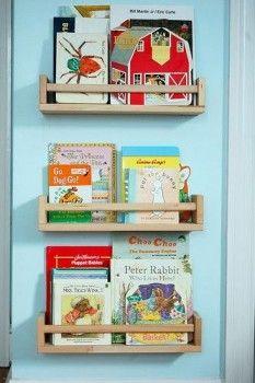 Hvorfor ikke bruke de billige krydderhyllene BEKVÄM som bokhyller på barnerommet ? Du kan male dem, dekorere dem eller rett og slett bruke dem slik de er og feste dem på veggen i festlige formasjoner.