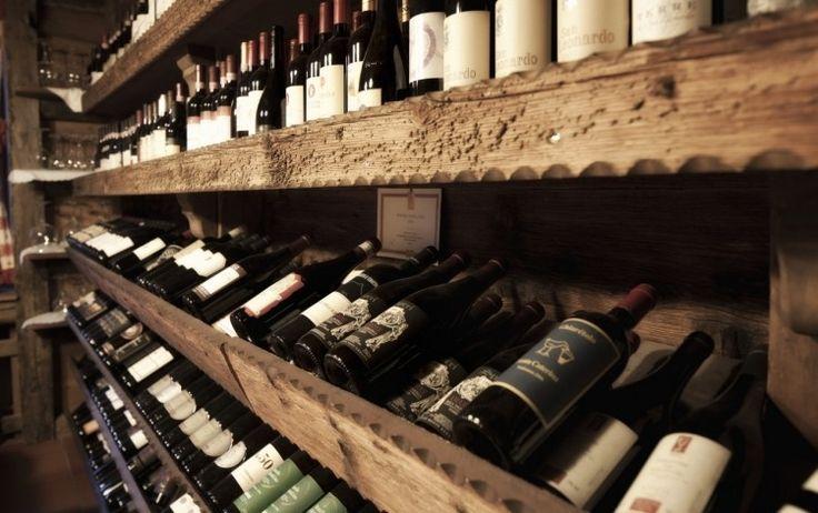 idées de rangement en bois dans la cave à vin à la maison