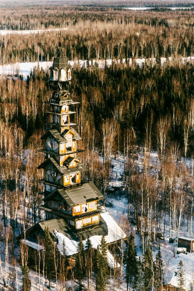 This crazy house is located near the town of Willow in Alaska. | This Mysterious House In Alaska Is Almost Too Whimsical