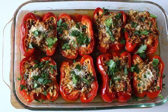 Peperoni ripieni con riso, verdure miste, pomodori e carne