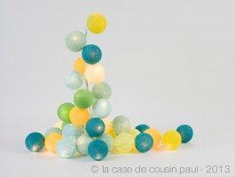 Une guirlande électrique de 50 ampoules, câble transparent, avec interrupteur 50 boules de couleur en polyester (diamètre 7 cm) jaune, jaune clair, bleu ciel, bleu turquoise, vert anis, vert amande, vert flash, vert d'eau