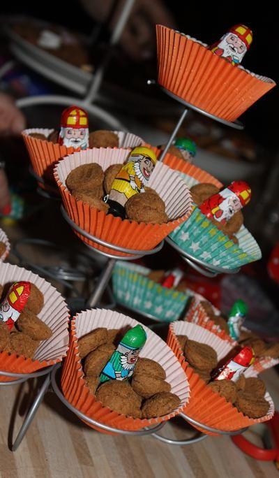 Bekijk de foto van Sharonxxx met als titel Leuk bij Sinterklaas avond! Pepernoten en sinterklaas&zwartepiet-chocolaatjes in een cakevormpje op een cupcake standaard! en andere inspirerende plaatjes op Welke.nl.