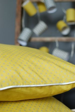 #couture #inspiration Pour un coussin en joli tissu jaune banane de France Duval Stalla, et joli passepoil gris métallisé