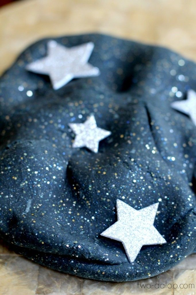 Stretchy Night Sky Playdough... Awesome, not full of poisonous stuff like borax and liquid starch since the stretch comes from gelatin (still not good for little ones who still put things in their mouths, of course).