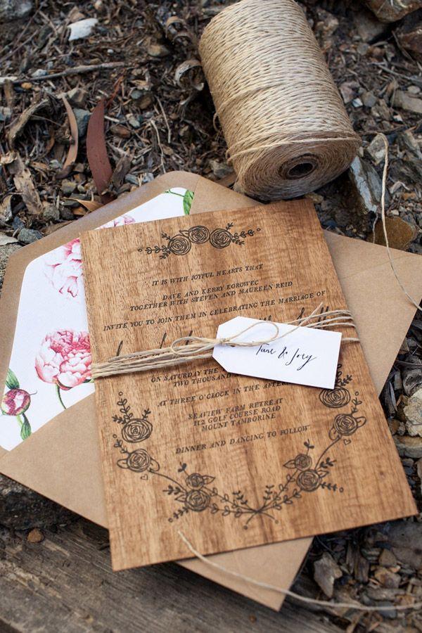 Bonitas invitaciones de boda de estilo rústico echas de madera.